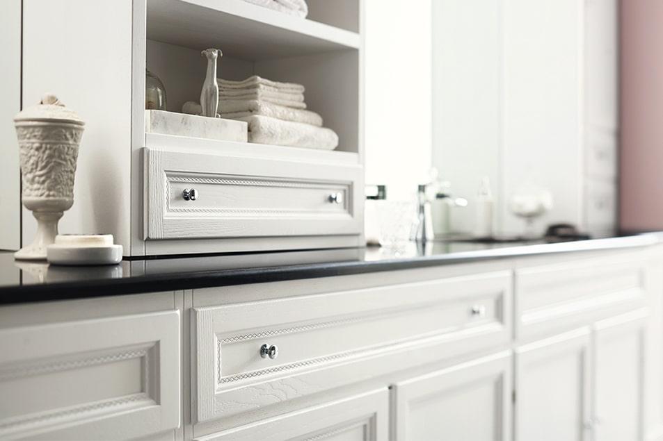 Paestum, arredamento da bagno classico, illuminazione specchi a LED e zoccolo sagomato.