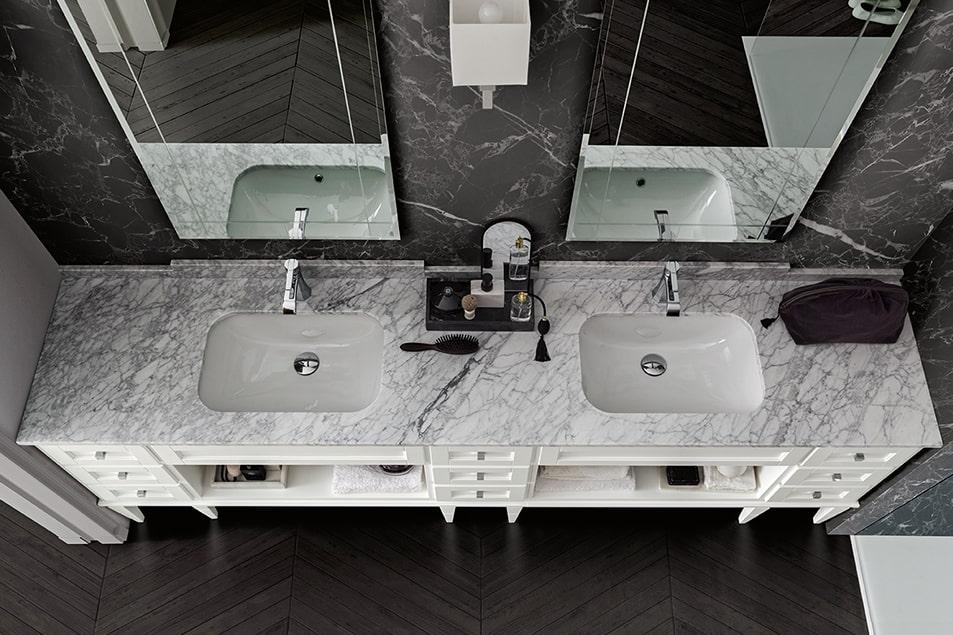York, doppio lavabo in marmo di Carrara, cassetti con pomolo squadrato cromo e doppio specchio