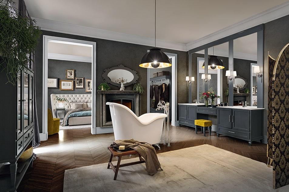 Due lavabi integrati su piano in Marmoresina Bianco, separati da una pratica consolle con sgabello.