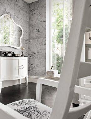 Arredo bagno classico con base lavabo sagomata con ante curve in finitura Bianco usurato a contrasto col piano in marmo Nero Marquinia con lavabo sottopiano Idea