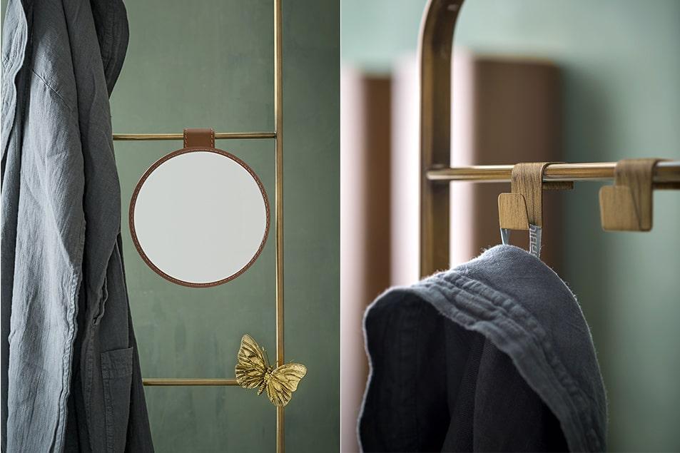 Dettagli, cornice specchio, lampada e preziosi accessori in metallo bronzato
