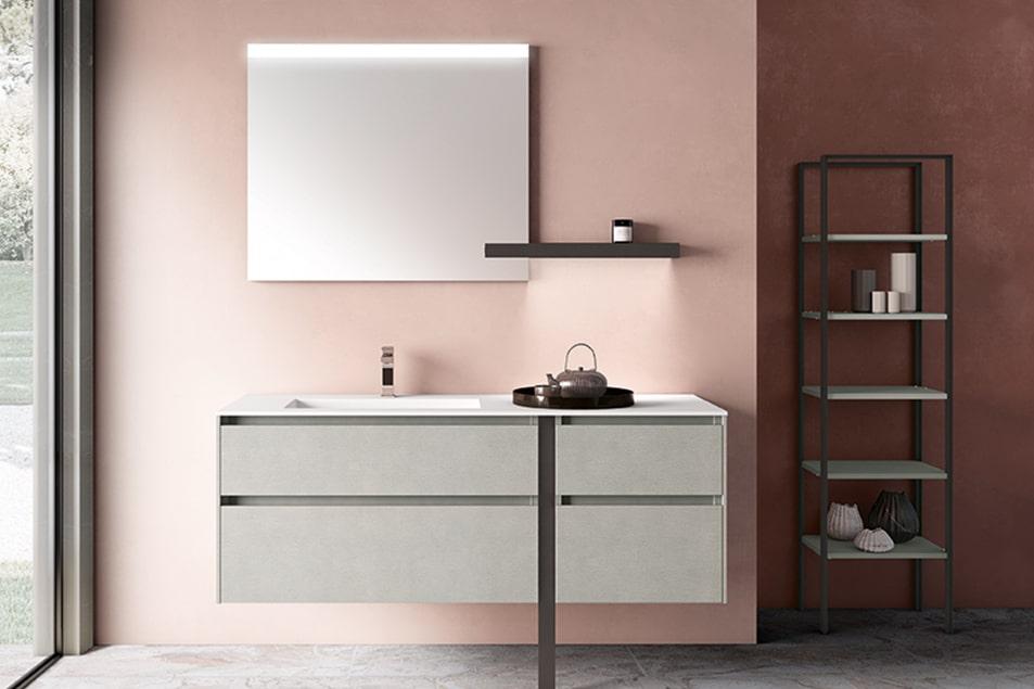 Mobile bagno dal design moderno grazie al piedino frontale in metallo finitura Nichel ripreso anche dalla mensola per specchio con luce integrata