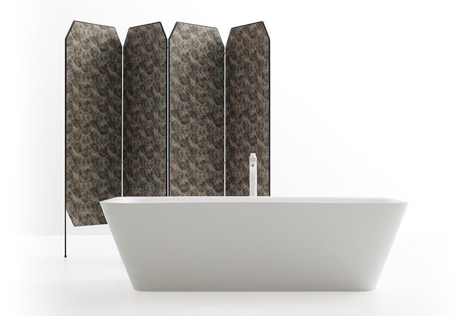 Vasca da bagno Cerasa in Tecnoril e paravento con rivestimento Des